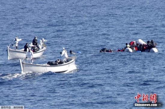 资料图:意大利海岸警卫队救起非法移民。