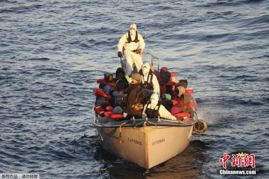 资料图:地中海上的非法移民船。
