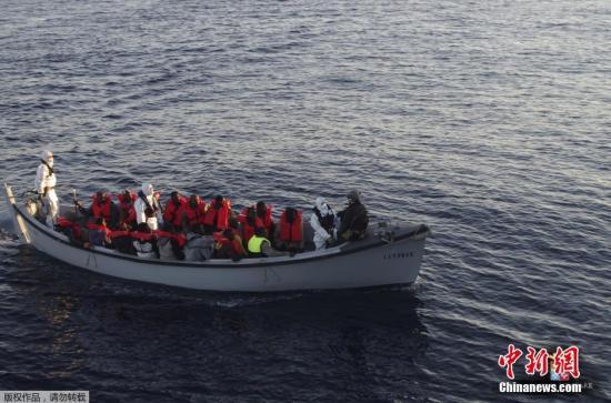 当地时间2016年1月28日,意大利地中海,海岸警卫队当天从地中海救起411名非法移民,另有6人不幸遇难。