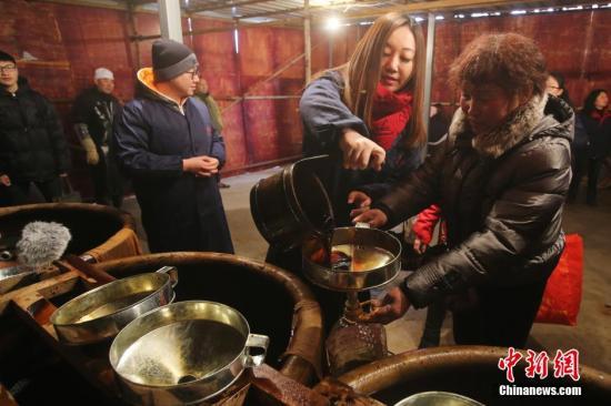 资料图:民众排长队打酱油。(图文无关) <a target='_blank' href='http://www-chinanews-com.yybeierxuexiao.com/'>中新社</a>记者 泱波 摄