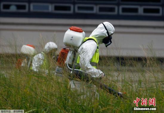资料图:工作人员进行烟熏灭蚊。