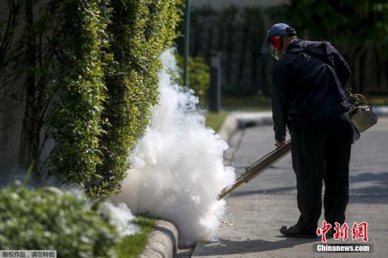 资料图:工作人员喷洒灭蚊烟雾。