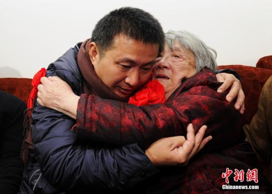 资料图:2016年2月2日上午,结束23年冤狱的陈满回到四川绵竹老家,见到阔别已久的家人。安源 摄