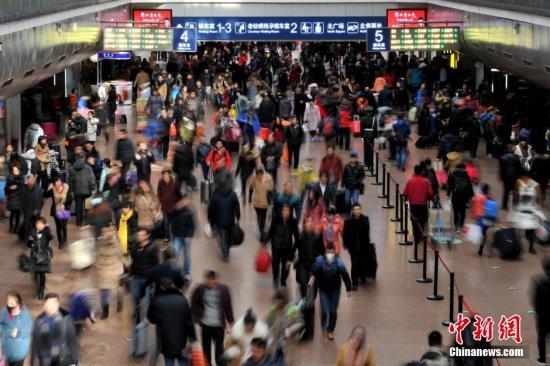 资料图:车站候车大厅内人头攒动。 金硕 摄