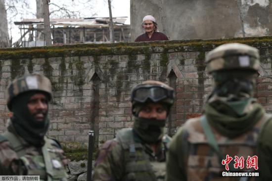 当地时间2月4日,印度士兵在印控克什米尔班迪波拉区与三名武装分子发生交火。图为印度警方人员正在快速通过危险区域。