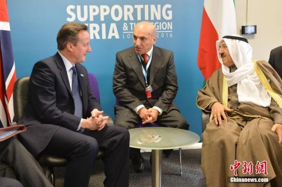 2月4日,叙利亚人道捐助会议在伦敦举行,联合国秘书长潘基文、挪威首相索尔贝格、德国总理默克尔、科威特埃米尔萨巴赫、英国首相卡梅伦出席会议。图为英国首相卡梅伦在会议期间会见科威特埃米尔萨巴赫,就解决叙利亚问题交换意见。 <a target='_blank' href='http://www.chinanews.com/'>中新社</a>记者 Adam Brown 摄