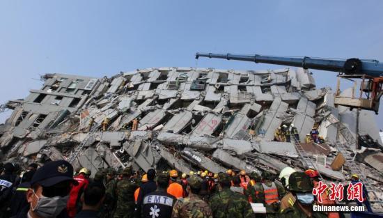 2月6日晨,台湾南部发生强烈地震。台南市因地震倒塌的维冠大楼已致多人伤亡。图为救援队逐层搜寻受困者。中新社记者 刘舒凌 摄