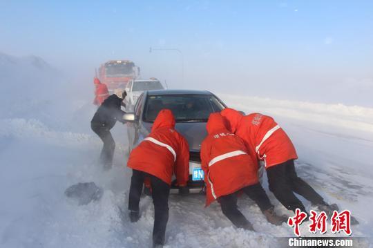 世界著名风区新疆玛依塔斯风区频繁遭遇风吹雪袭击,导致途经国道3015线、省道201线玛依塔斯路段的车辆和旅客被困。 李小华 摄