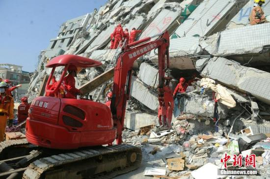 2月7日,台南维冠金龙大楼救援行动持续,搜救人员清除钢筋等杂物,进行搜索。中新社记者 谭达明 摄