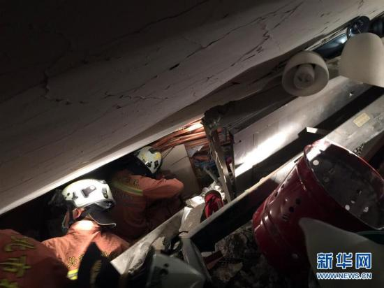 2月7日,救援人员在台南市永康区维冠金龙大楼营救被困人员(手机拍摄)。图片来源:新华网