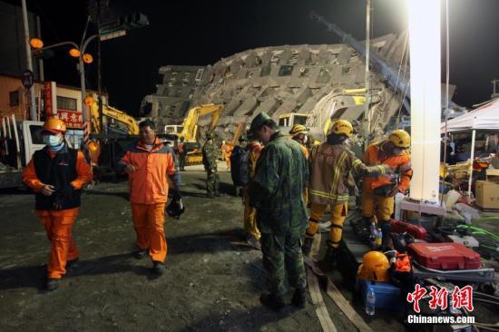 2月7日,农历除夕之夜,台湾各支救援队伍坚持在台南维冠大楼倒塌现场,彻夜展开救援工作。中新社记者 刘舒凌 摄