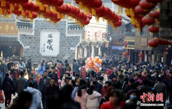 资料图:数万游客涌入湖南凤凰古城内欢度春节。 杨华峰 摄