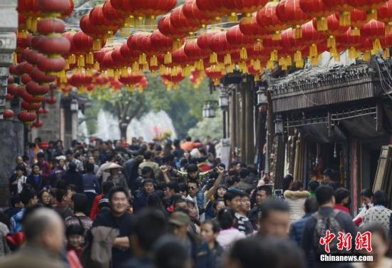 资料图:游客在凤凰古城欢度春节。 杨华峰 摄