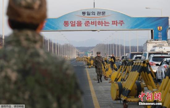 当地时间2018-12-16,韩国坡州市,韩政府10日决定停止开城工业园区运营,以此作为对朝鲜进行核试验及以弹道导弹技术进行发射行动的回应。韩方企业正准备从开城工业区撤出。图为韩方军事人员在工业区附近。