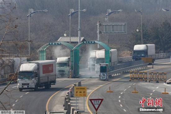 当地时间2016年2月11日,韩国坡州市,韩政府10日决定停止开城工业园区运营,以此作为对朝鲜进行核试验及以弹道导弹技术进行发射行动的回应。韩方企业正准备从开城工业区撤出。图为车辆通过工业区附近检查站。