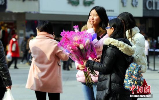 资料图:2月14日情人节当天,街头玫瑰花兜售红火。 安源 摄