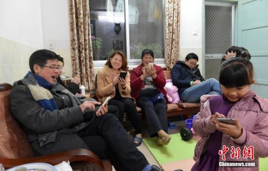 2月7日除夕夜,福建民众在家边看春晚边抢手机红包。 <a target='_blank' href='http://www.chinanews.com/'>中新社</a>记者 吕明 摄