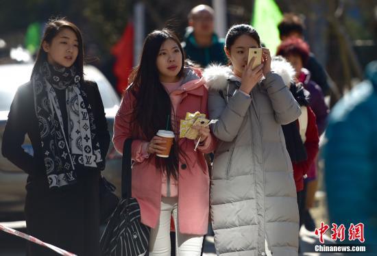 """2016年2月15日,北京电影学院2016年艺考初试开始,考场外帅哥美女云集。新一代的""""女神""""""""小鲜肉""""遍布校园各处。不少考生就顶着寒风提前在各个教学楼外排队,为上午的考试做准备。其中表演学院的考生仍然最受关注。今年考生的整体颜值颇高,几乎没有顶着浓妆上阵的考生,大多以素颜或淡妆出镜。<a target='_blank' href='http://www.chinanews.com/' >中新网</a>记者 金硕 摄"""