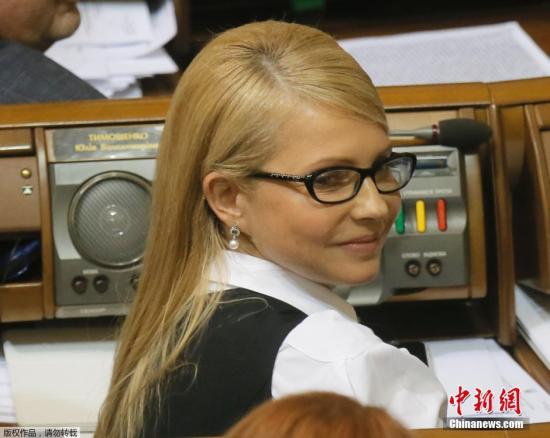 当地时间2016年2月16日,乌克兰基辅,乌克兰前总理、祖国党领导人季莫申科以披肩发的新发型亮相议会会议。乌克兰总统波罗申科以失去公众信任为由要求总理辞职,但亚采纽克在不信任案投票中过关。季莫申科此前一直以麻花盘头的造型出现在公众面前,而此次出席会议,披肩长发配上黑框眼镜,依旧十足的女神范。