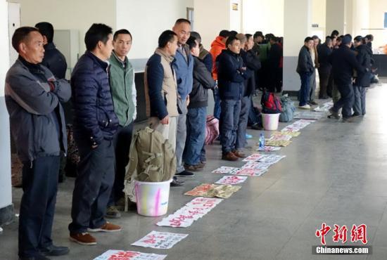 2016年2月17日,成都最大的劳务用工市场――锦江区人力资源市场迎来春节后的求职高峰。 刘忠俊 摄