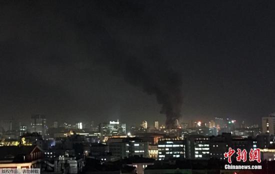爆炸引发的浓烟在安卡拉上空飘荡。事件发生后,正在布鲁塞尔访问的土耳其总理达武特奥卢将取消行程回国。
