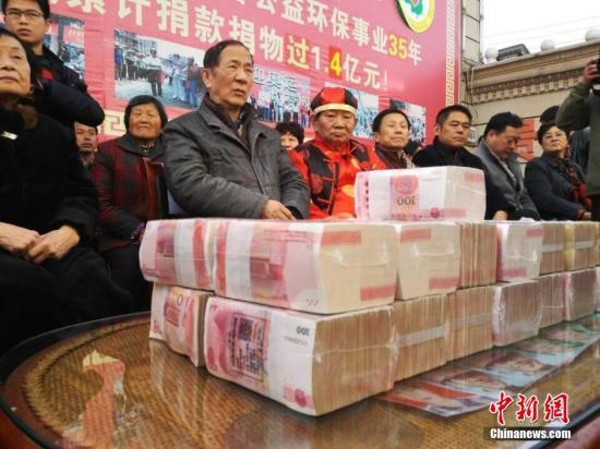 捐款资料图。贾雪梅 摄 图片来源:视觉中国