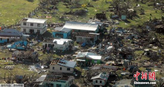 """本地时刻2016年2月21日,斐济苏瓦,南和平洋五级强热带气旋""""温斯顿""""(WINSTON)的核心昨天(20日)上午8时(北京时,下同)位于斐济国塔韦乌尼岛(TaveuniIsland)西北部远洋,那是南纬17.0度、东经179.9度,核心左近最微风力有17级以上(62米/秒,适当于我国的超强飓风级),核心最低气压为917百帕。估计,""""温斯顿""""将以每小时25千米摆布的速率向偏东方向挪动,并于昨天白昼掠过斐济国瓦努阿(VanuaIsIand)南部内地,24小时内强度变迁不大,以后强度迟缓削弱。受其作用,20日08时到21日08时,斐济群岛及左近洋面有暴风骤雨的严重作用,最微风力可达17级或以上。"""