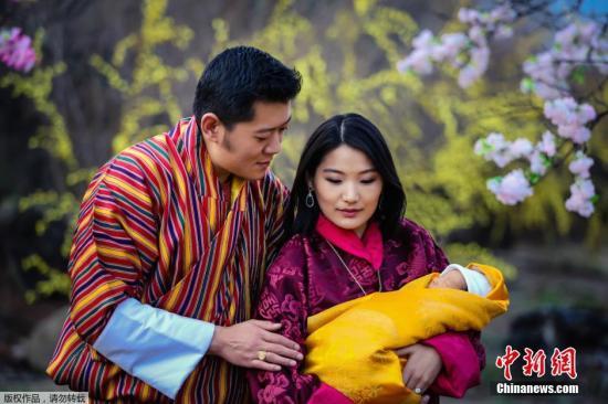 不丹国王吉格梅·凯萨尔·纳姆耶尔·旺楚克和王后吉增·佩玛与他们的儿子。