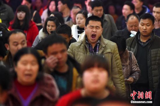 旅客旅途中犯困打哈欠。 中新社记者 武俊杰 摄