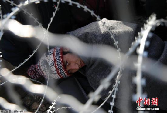 許多難民被困在了在希臘與馬其頓的邊界。希臘警方23日出動車輛從邊境地區接回千余名阿富汗難民,這些難民將被臨時安置在首都雅典。