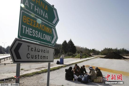 一伙難民在希臘小鎮Idomeni的一條道路上休息。