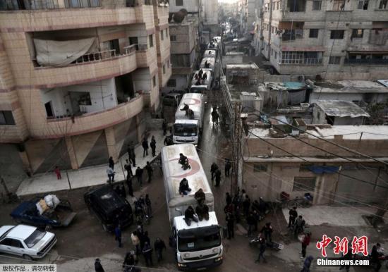 材料图:本地时刻2月23日,结合公营救物质到达叙利亚对立派掌握的阿勒颇省Kafr Batna镇。