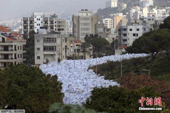 """黎巴嫩遭""""垃圾围城"""" 垃圾袋堆满街道空气呛人"""