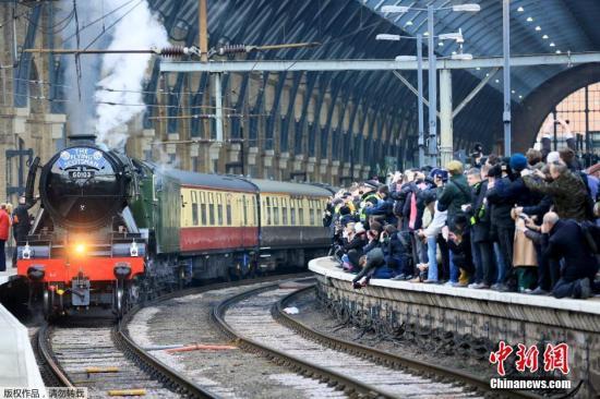 """当地时间2月25日,英国伦敦,世界上最知名的蒸汽机车""""苏格兰飞人""""完成了测试运行,这是其结束长达十年的翻修工程后的首次上路。"""