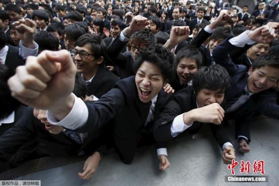 资料图片:日本东京一所大学的毕业生参加求职前的动员大会。