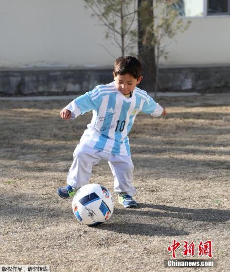 阿富汗男孩喜获梅西签名球衣 盼与梅西见上一面(图)