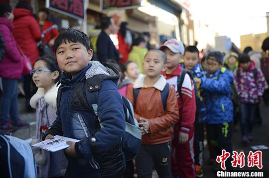 资料图:小学生排队走出校园。 <a target='_blank' href='http://www.chinanews.com/'>中新社</a>记者 刘文华 摄