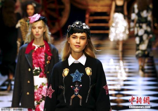 资料图片:意大利米兰时装周,模特展示杜嘉班纳(Dolce&Gabbana)品牌服饰。