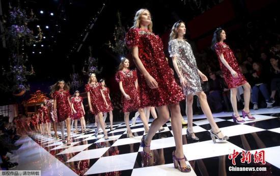 资料图:意大利米兰时装周模特展示品牌服饰。