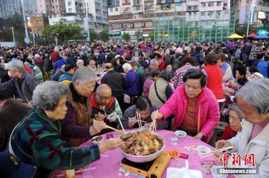 原料图:盆菜宴。中新社记者 谭达明 摄