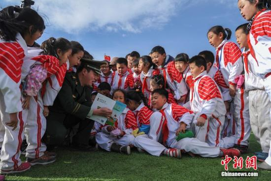 资料图:甘肃一小学学生们学习消防安全知识。师永红 摄
