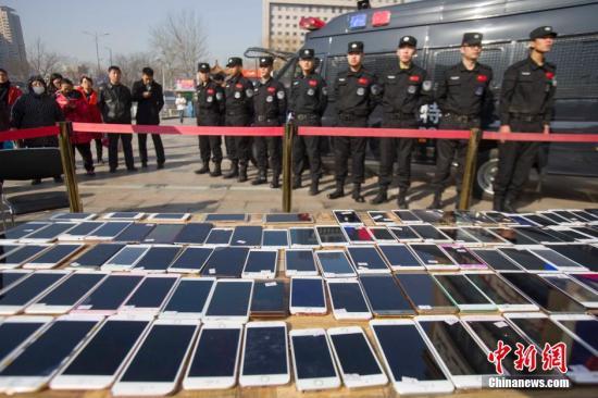 """苹果手机灰色""""盗改销""""产业链:解锁后价值翻十倍"""