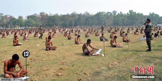 当地时间2016年2月28日,印度Muzaffarpur,印度军队招聘日举行考试,为防止作弊,候选考生被要求脱掉衣服只穿内衣参加笔试。