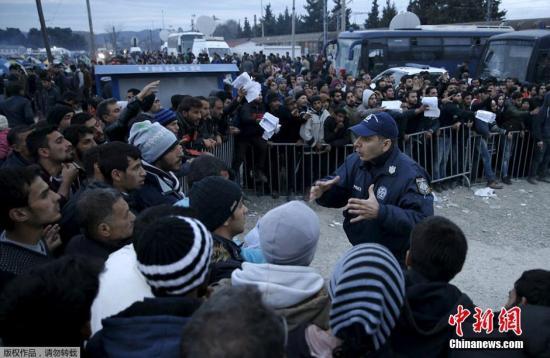 难民们围住伊多梅尼的警察质问。