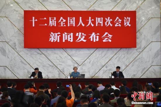 傅莹就会议议程和人大工作回答记者提问,并回应社会关注的热点问题。 记者 金硕 摄