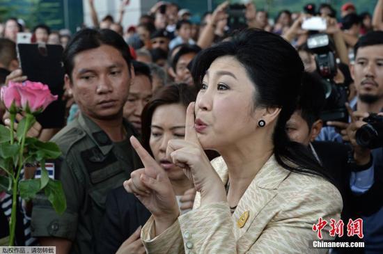 当地时间3月3日,泰国前总理英拉抵达曼谷法院出席听证会。在法院外,英拉受到支持的欢迎。
