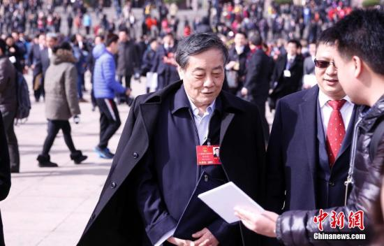 3月5日,十二届全国人大四次会议在北京人民大会堂开幕。会后,全国人大代表宗庆后接受记者采访。记者 汤彦俊 摄