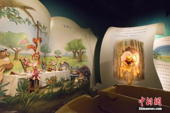 游客可以加入小熊维尼历险记,与小熊维尼和他的伙伴们一起穿梭在超大型的中文故事书中,开启一段冒险旅程。(资料图)发 申海 摄