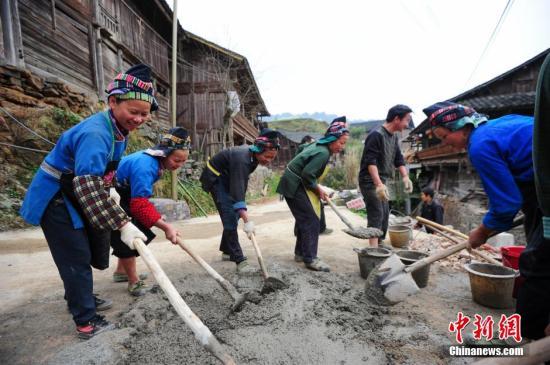 妇女们在搅拌水泥。 <a target='_blank' href='http://www.chinanews.com/'>中新社</a>记者 贺俊怡 摄