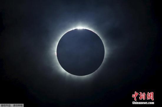 资料图片:日全食现象,太阳被完全遮蔽。